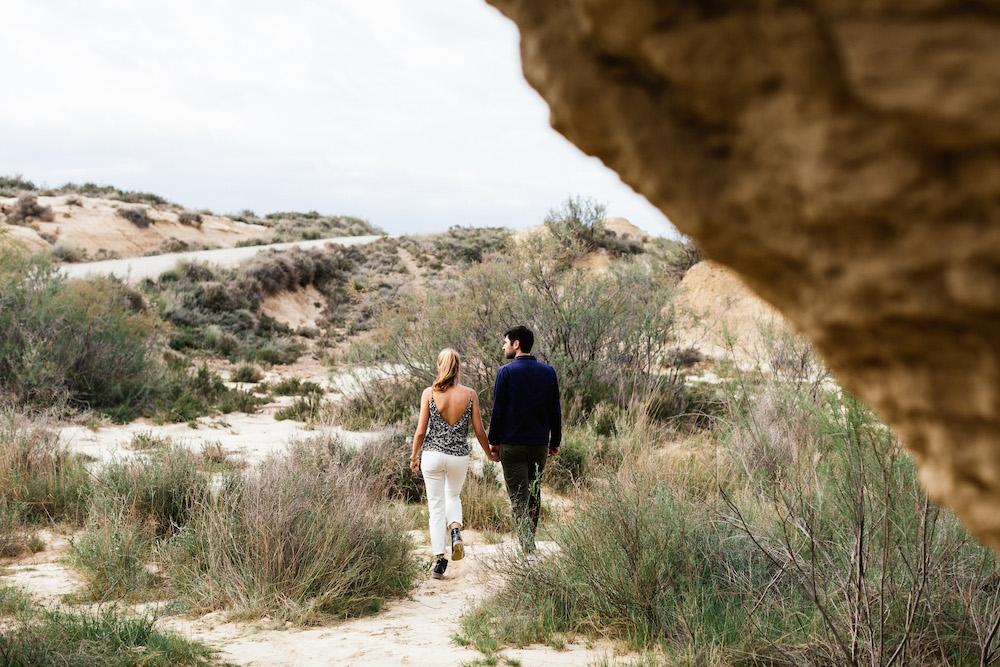 couple-session-emma-olivier-desert-bardenas-reales-rosefushiaphotographie039