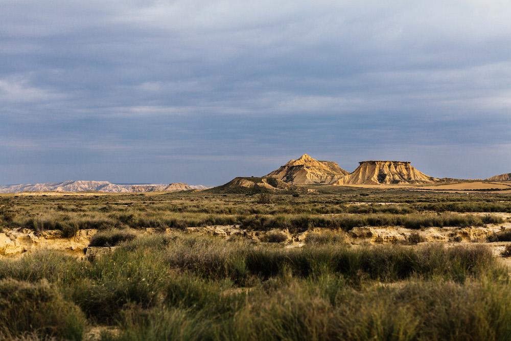 couple-session-emma-olivier-desert-bardenas-reales-rosefushiaphotographie044