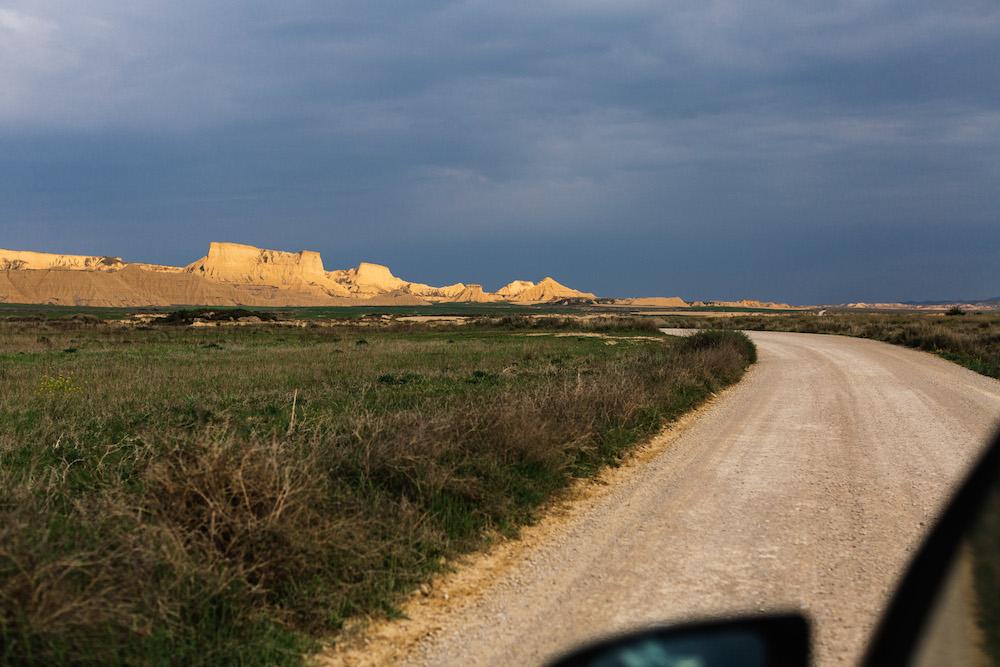 couple-session-emma-olivier-desert-bardenas-reales-rosefushiaphotographie045