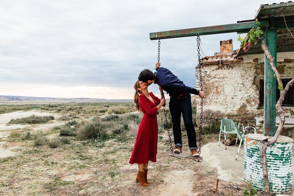 couple-session-emma-olivier-desert-bardenas-reales-rosefushiaphotographie057