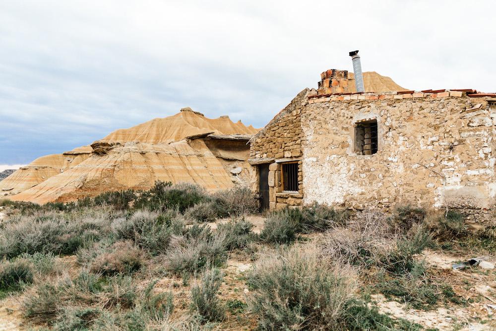 couple-session-emma-olivier-desert-bardenas-reales-rosefushiaphotographie058