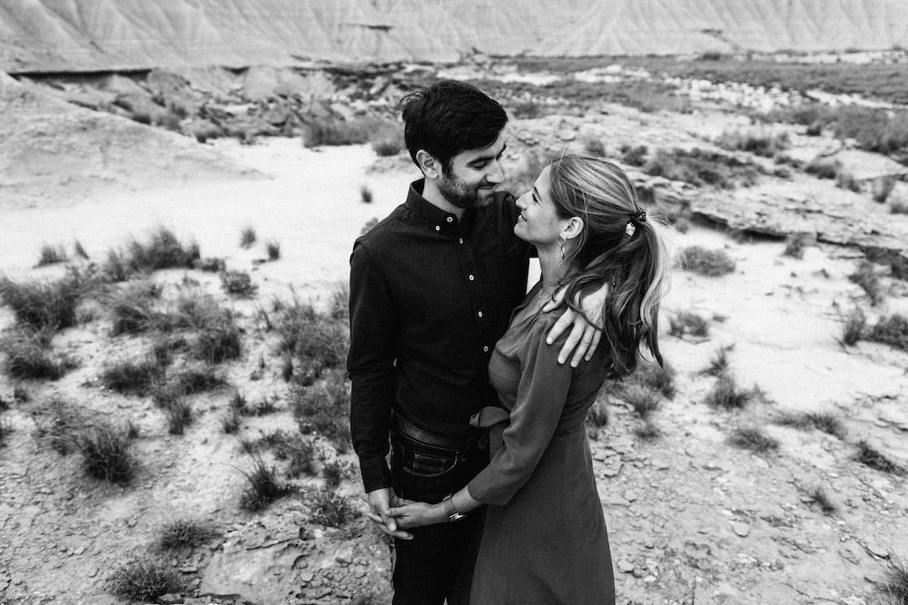 couple-session-emma-olivier-desert-bardenas-reales-rosefushiaphotographie070