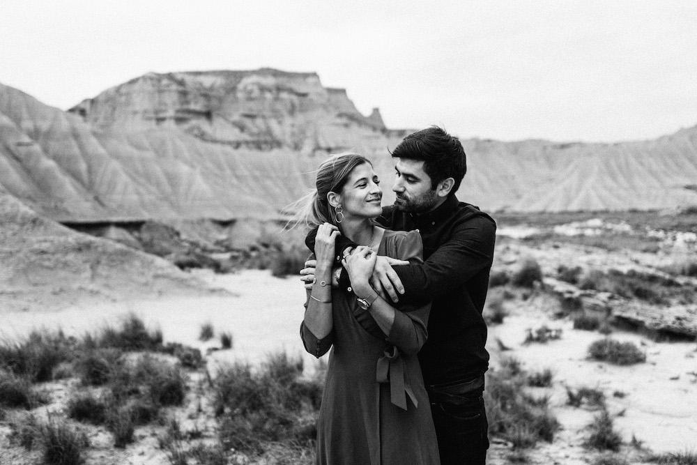 couple-session-emma-olivier-desert-bardenas-reales-rosefushiaphotographie071